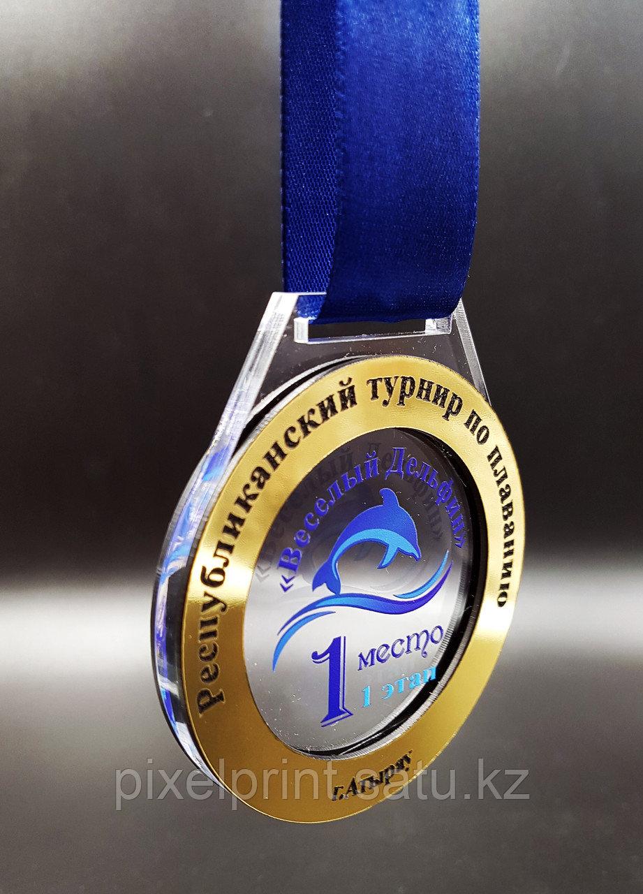 Медаль из акрила с вставкой под золото