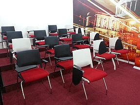 Комната обучения, стулья с партами. Столики с подстаканником
