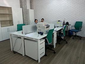 Рабочие места менеджеров, опоры столов металлокаркас, столешница ЛДСП