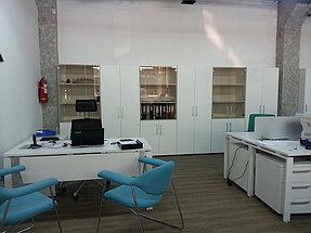 Рабочий стол со шкафами для документов, кресла для посетителей