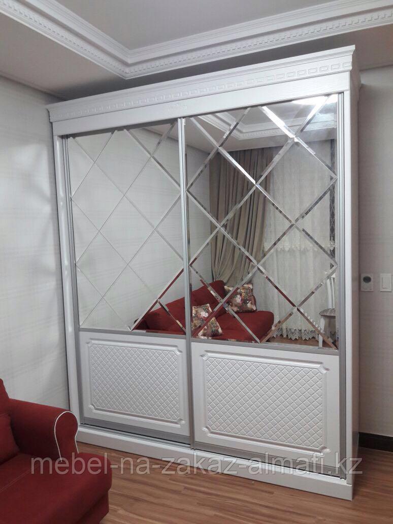 Зеркальные шкафы-купе с фацетом