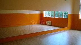 Установка зеркала во всю стену в танцевальный зал 1