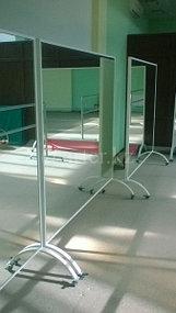 Передвижное зеркало на колесиках 1