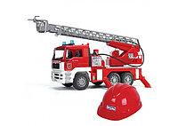 Пожарная машина MAN с лестницей + Каска красная Bruder, фото 1