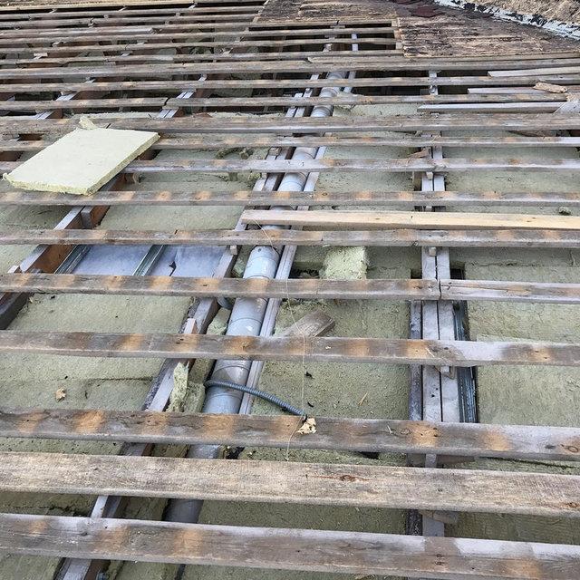 Крыша до утепления напыляемым пенополиуретаном. Множество пустот и стыков - причины утечек тепла.