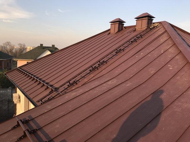 Смонтированы вентиляционные коньки - специальная конструкция позволяющая проходить воздуху под кровлей от карниза до самого верха крыши. Готовы вентиляционные шахты, и дымники. Установлена лестница для удобного доступа на крышу.