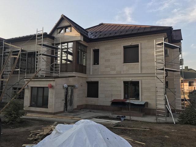 Крыша почти готова. Осталось ее помыть и разобрать строительные леса.
