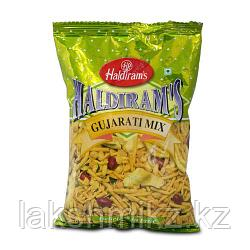 Смесь Халдирамс Gujarati Микс (Haldiram's Gujarat Mix A Mild Spicy Blend Of Crips Noodles, Lentils&Nuts), 200г