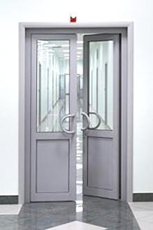 Дверь в алюминиевой раме