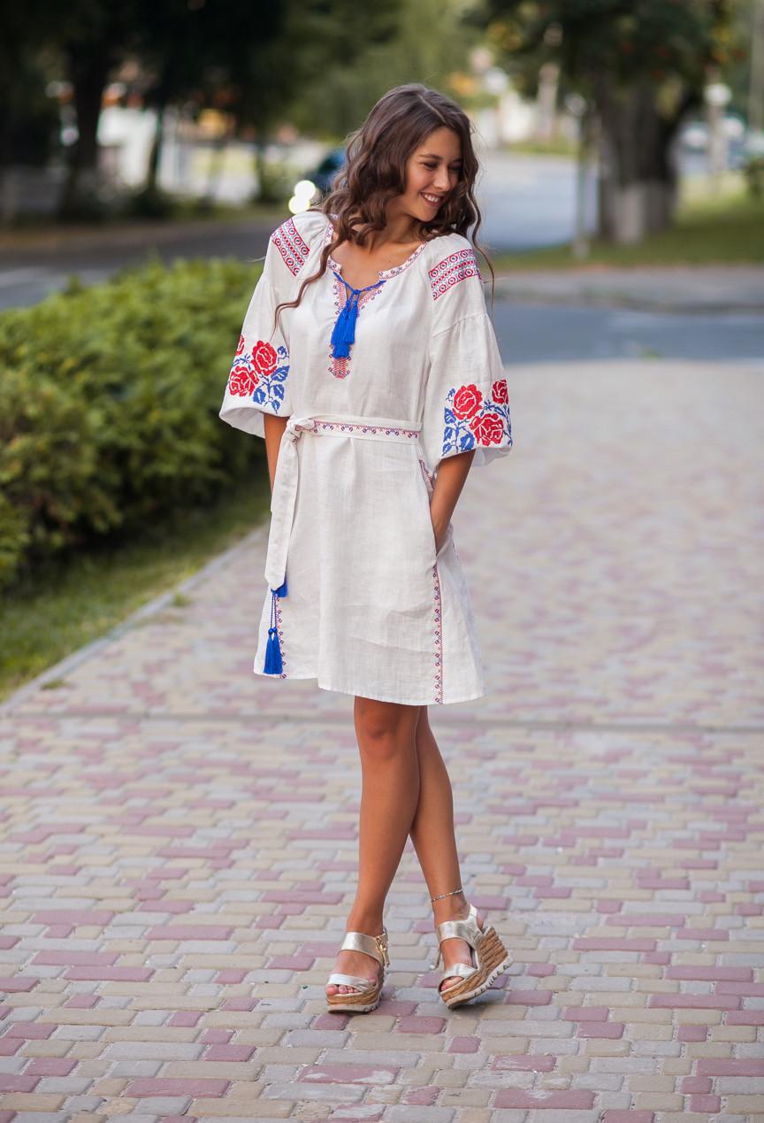 Белое льняное платье с вышитым узором из роз - фото 1