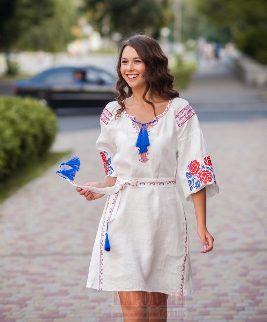 Белое льняное платье с вышитым узором из роз - фото 2