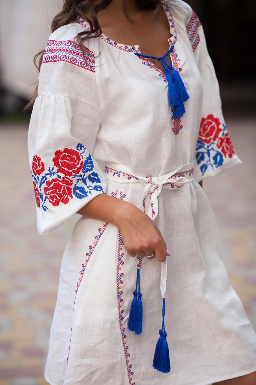 Белое льняное платье с вышитым узором из роз - фото 4