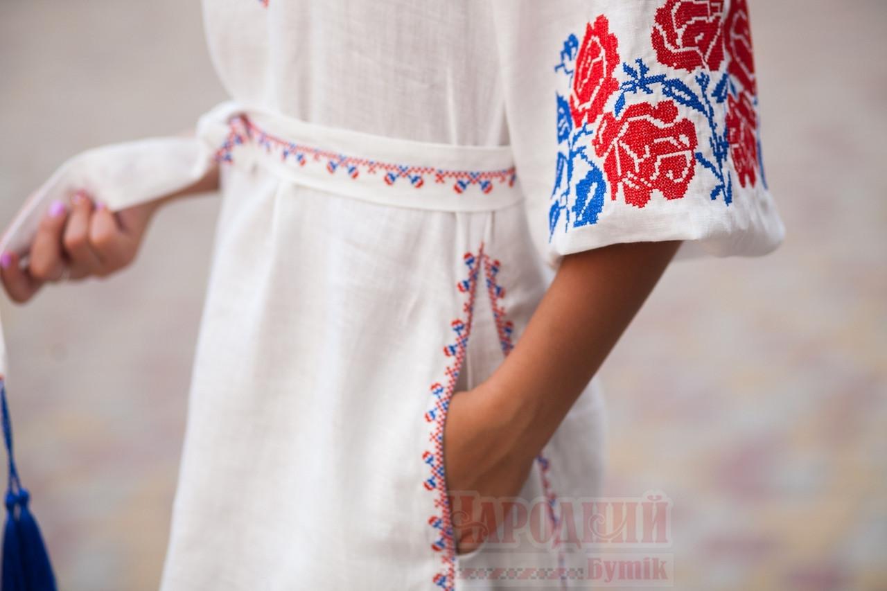 Белое льняное платье с вышитым узором из роз - фото 5