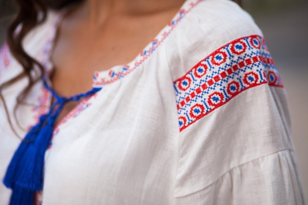 Белое льняное платье с вышитым узором из роз - фото 6