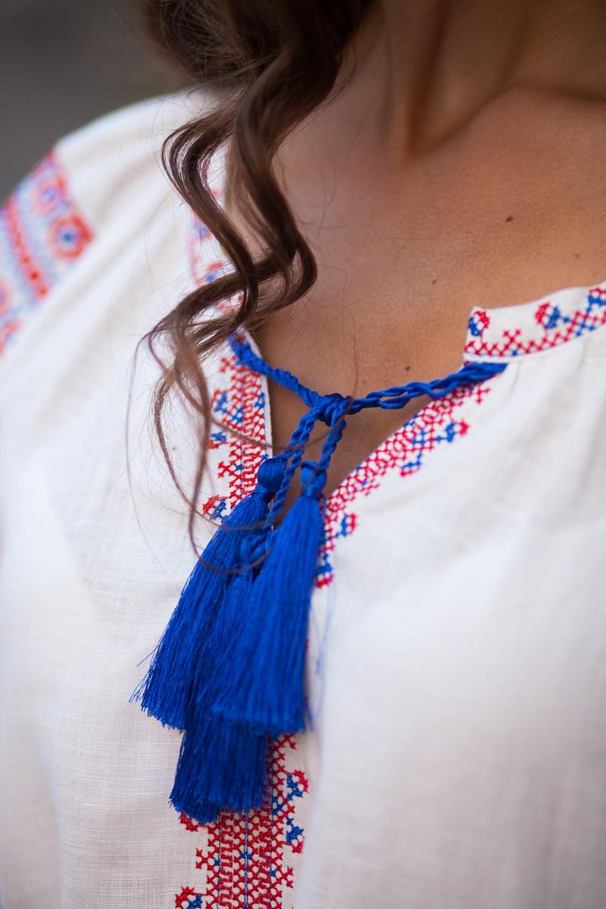 Белое льняное платье с вышитым узором из роз - фото 7