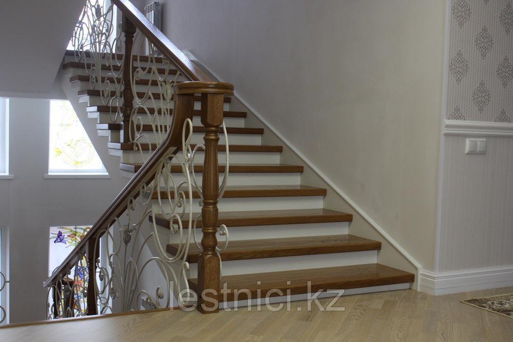 Светлая лестница в современном стиле