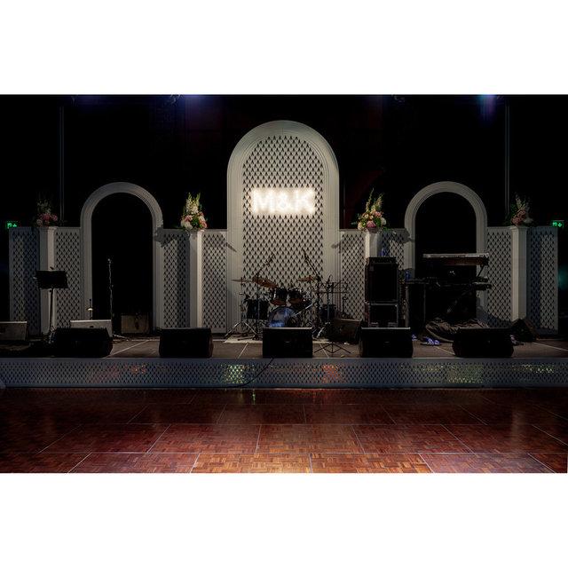 Декорации в виде арок на сцене.