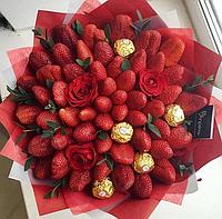 Клубничный букет с розами и конфетами Ферреро Роше