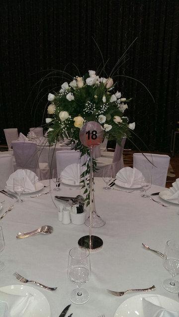 Живые цветы на мартинках на столы для гостей.