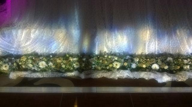 Напольные букеты из живых цветов.