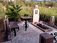 Комплекс с кованой оградой и гранитным памятником