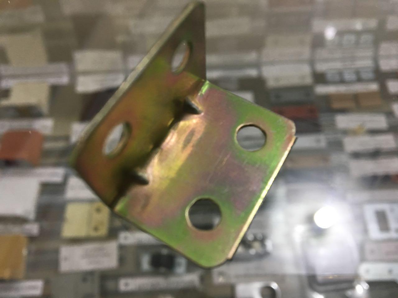 Уголок металический средний