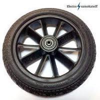 С новым задним колесом из цельнолитой резины самокат мягче проходит мелкие неровности.