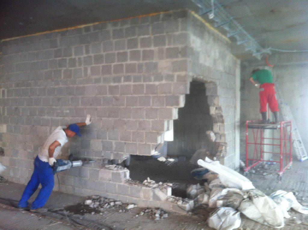 Демонтаж стен и перегородок зданий
