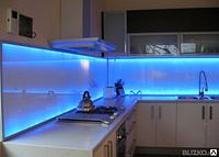 Кухонные фартуки из стекла с доставкой и установкой