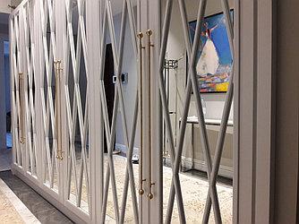 Шкафы с крашенными фасадами и зеркалом