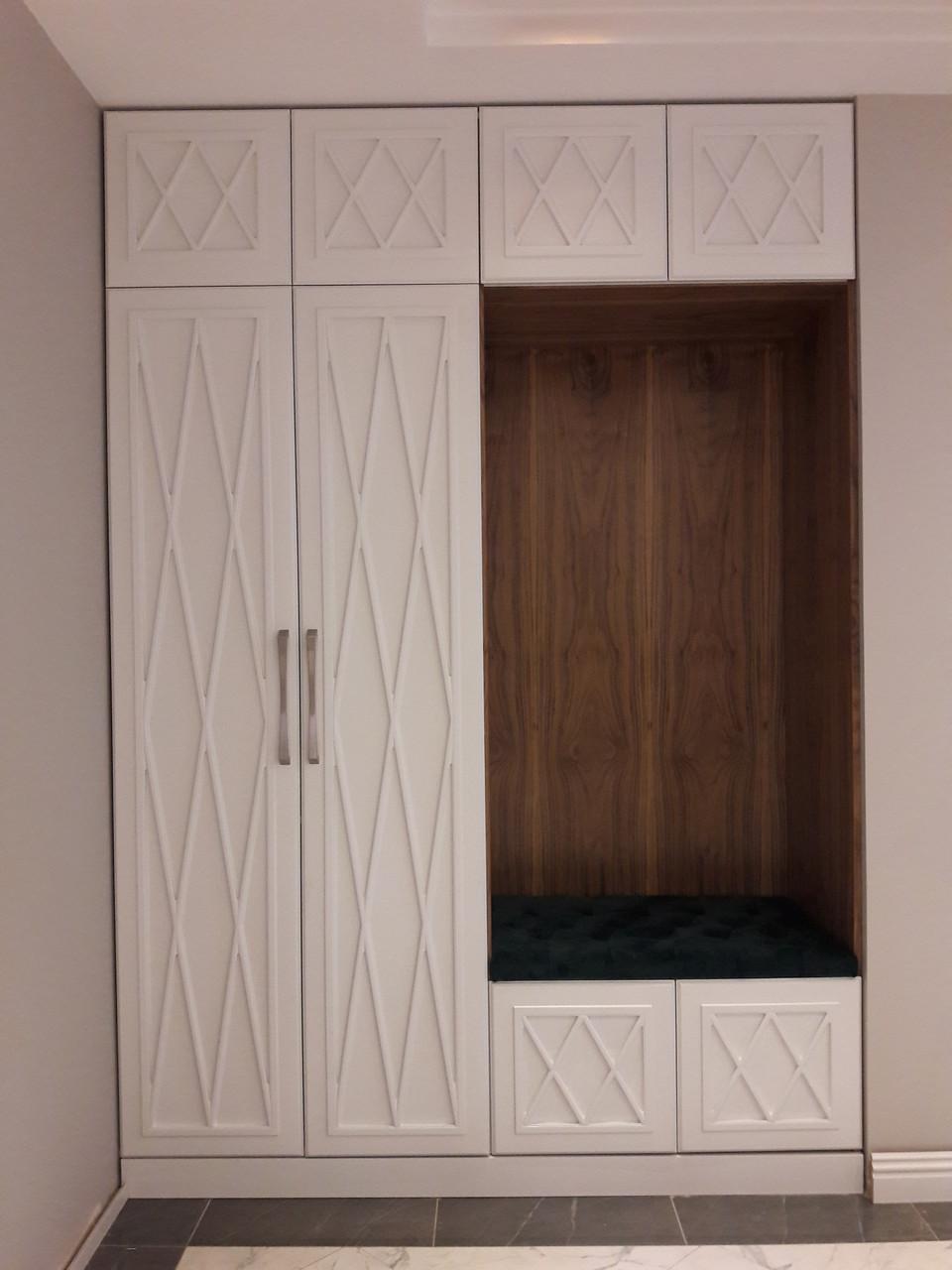 Шкафы с крашенными фасадами в прихожую