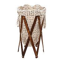Корзина для белья из ткани с надписями с деревянной рамой.