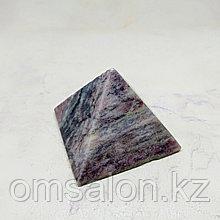Пирамида из родонита, 45х45х37мм