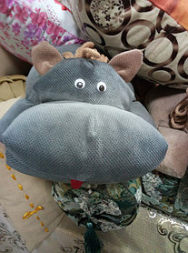 Вот этот замечательный бегемотик теперь живет в семье с маленьким мальчиком. Надеемся, что это и любимая подушка и игрушка. Кстати, у нас живет такой же, только коричневый.