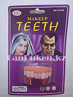 Накладные зубы, клыки вампира с кровью на клыках