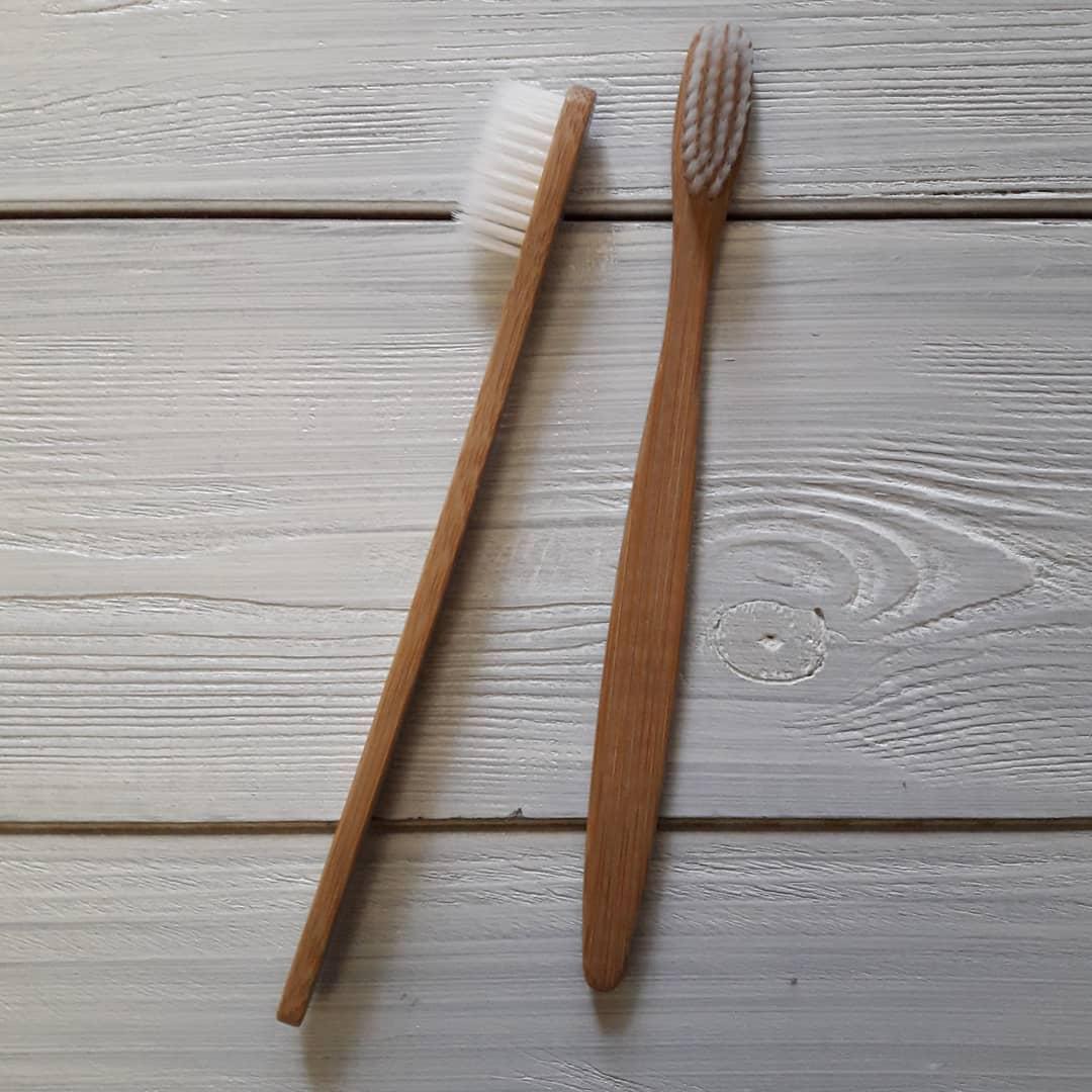 Бамбуковая зубная щетка с белой щетинкой