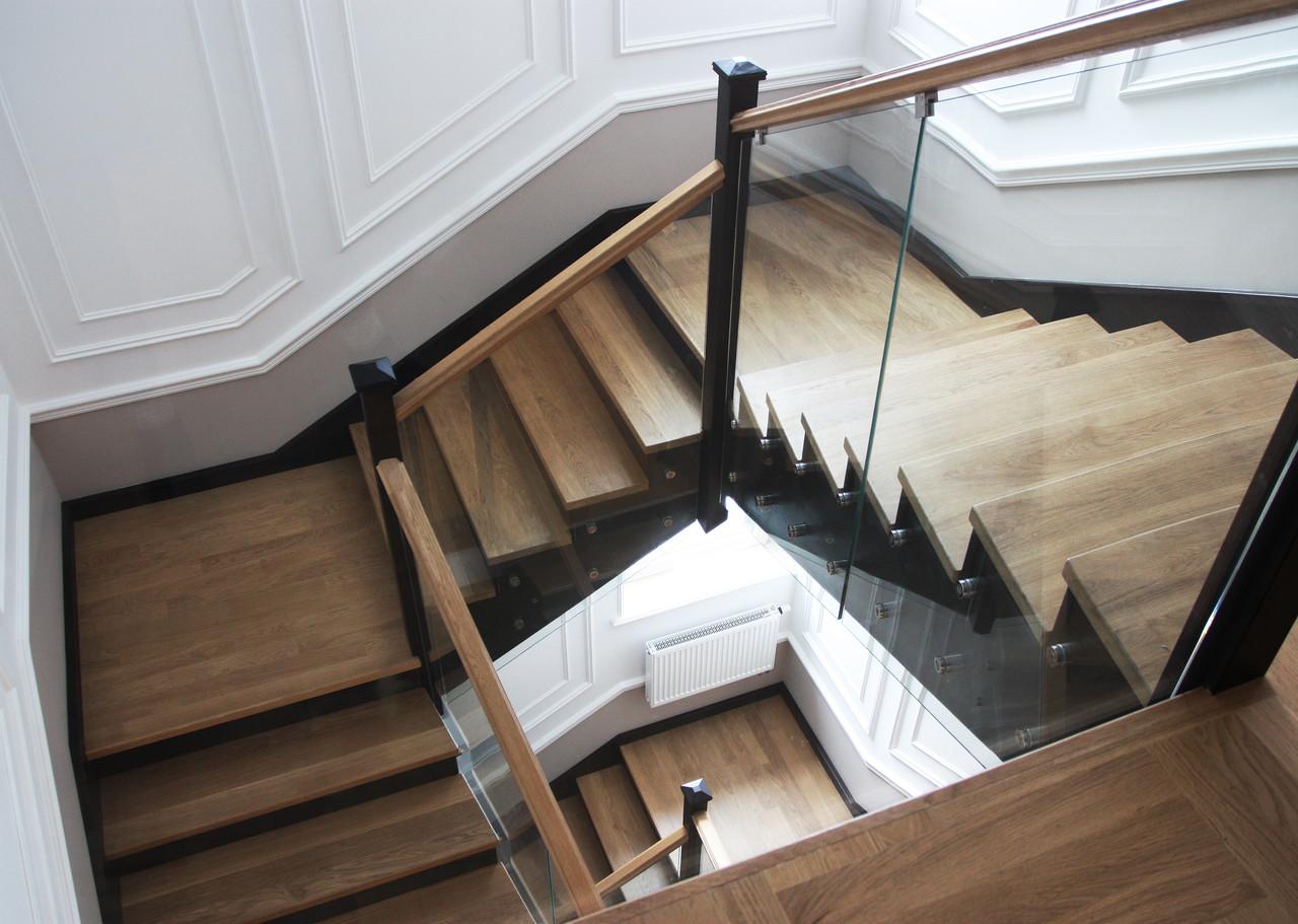 Лестница из темного дерева