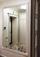Зеркало в белой деревянной раме