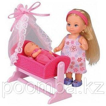 Кукольный набор Эви с малышом в кроватке