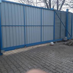 Откатные ворота из оцинкованного профлиста с автоматикой. (Вид со двора)