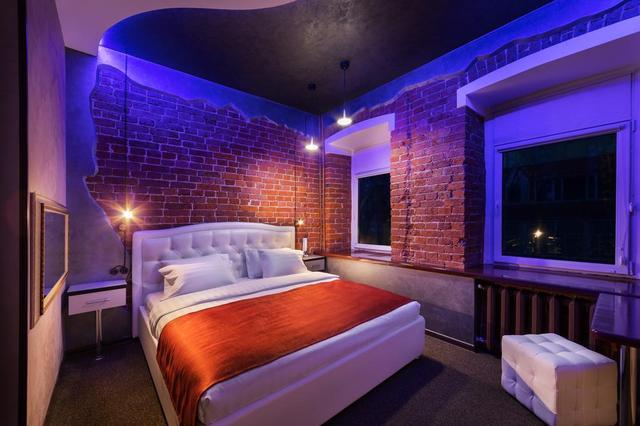 Жилая комната с кирпичными стенами