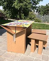 """Специльно разработанный детский стол из картона с УФ-печатью на """"слолешнице"""". УФ-печать на картоне придает не только красочность, но также глянцевую состовляющую поверхности, благодаря которой она смело выдерживает воду, протирается, моется."""