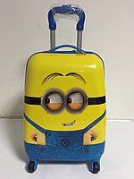 Детский чемодан для мальчика на 4-х колесах. Высота 46 см,длина 32см,ширина 22см.