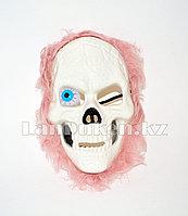 Маска на Хэллоуин череп с выпученным глазом и розовыми волосами на резинке A71