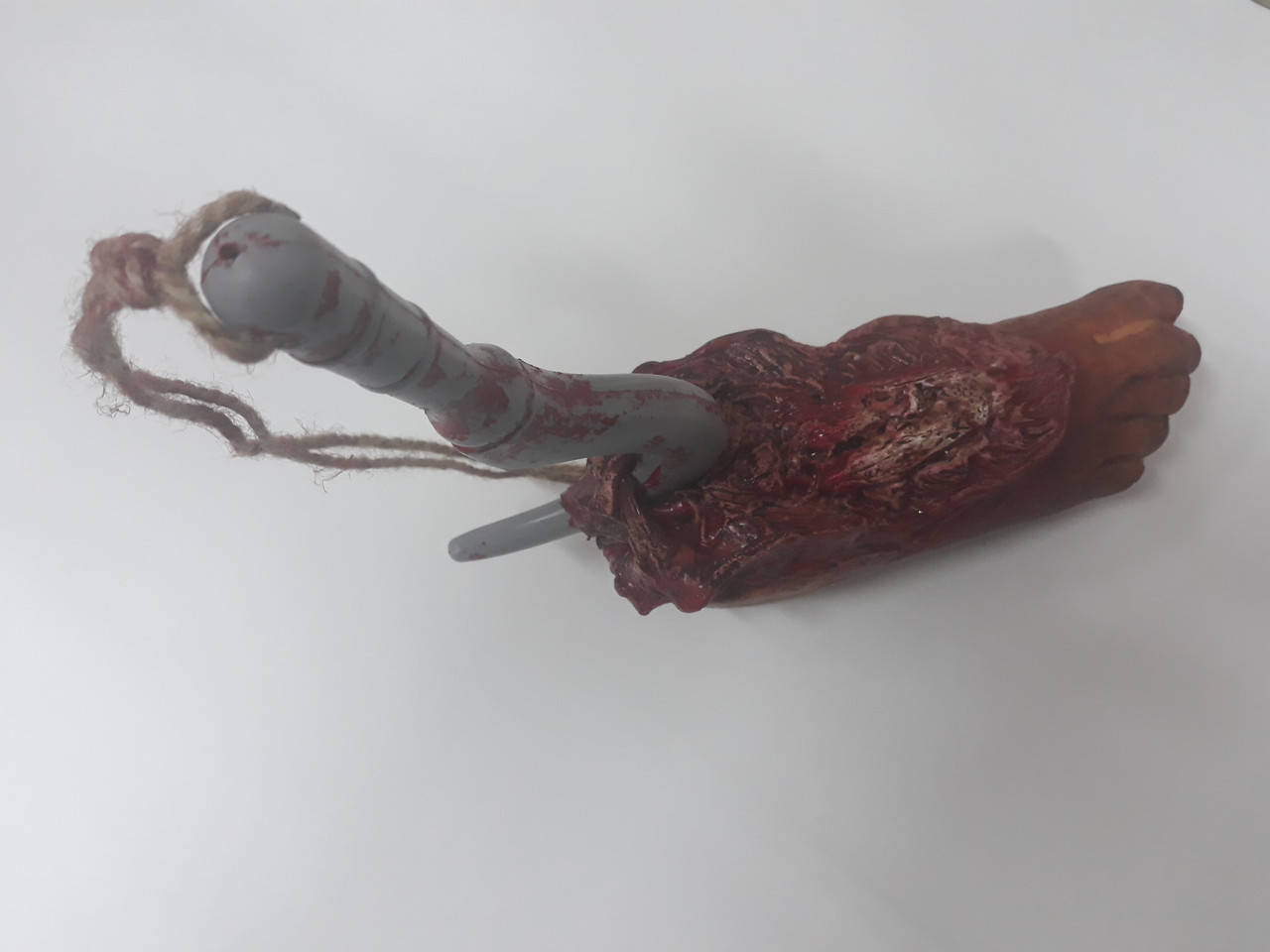 Кровавая нога на крюке для Хэллоуина