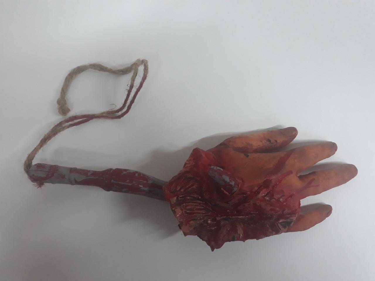 Кровавая рука на крюке для Хэллоуина