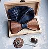 Деревянный галстук-бабочка с запонками, платком и цветком в деревянной коробке