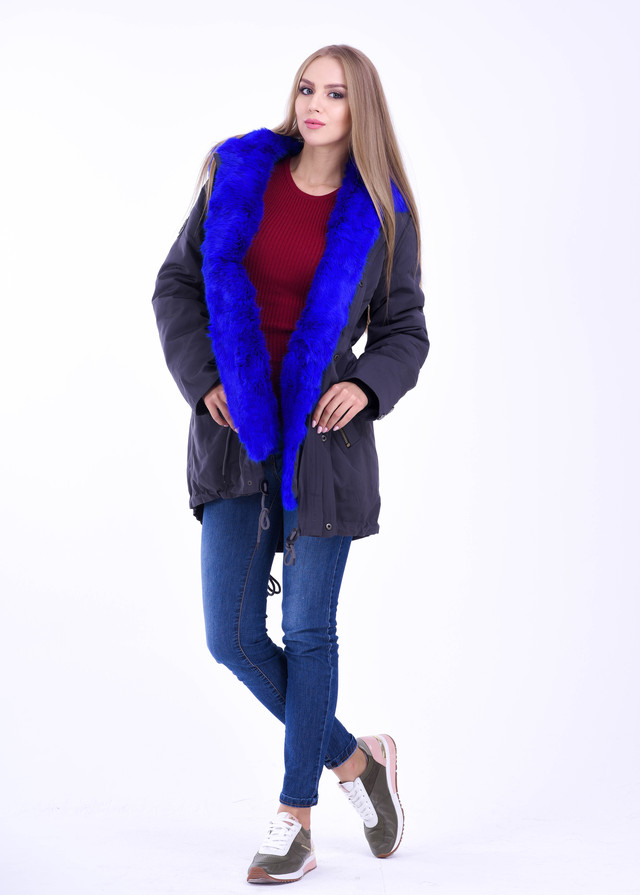 Синяя куртка парка с мехом ярко синего цвета фото