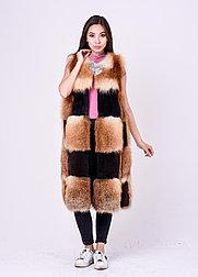 Длинная комбинированная меховая жилетка из лисы и плюшевой нутрии
