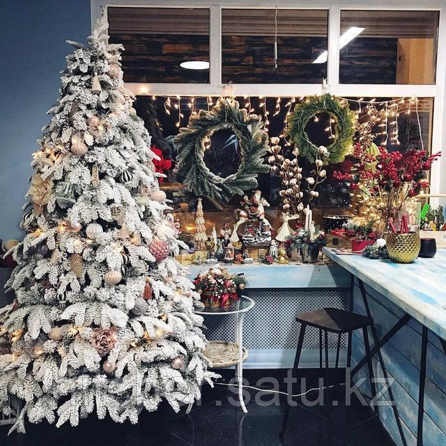 Заснеженная елка с литой хвоей покрытой искусственным снегом Сибирь Платинум